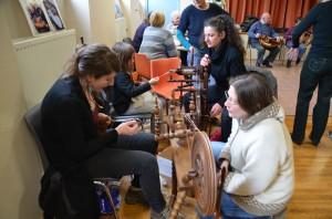 Fête des savoirs 2013 - Initiation au filage de la laine - Villapourçon